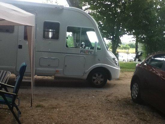 Camping la Presqu'île de Champaubert : devant l emplacement nous empechant de sortir