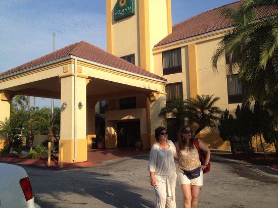 La Quinta Inn Orlando - Universal Studios: La entrada del hotel