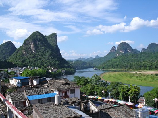 Showbiz Inn: View of Li River from rooftop