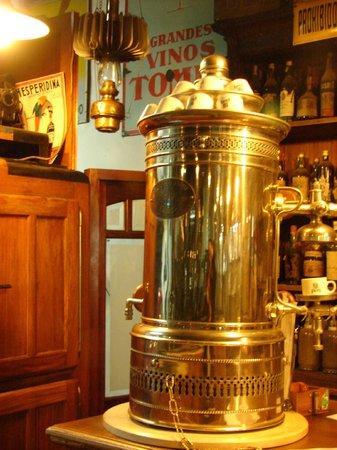 Museo del Automovil y Ramos Generales Coleccion Rau: Antigua cafetera atrás radio a kerosene