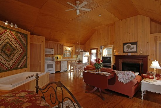 Autumn Ridge Cottages: Twinleaf Cottage