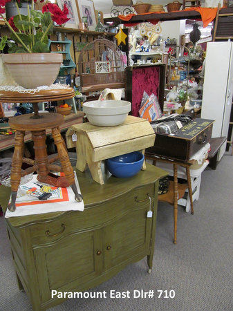 Paramount East Antique Mall: Antiques