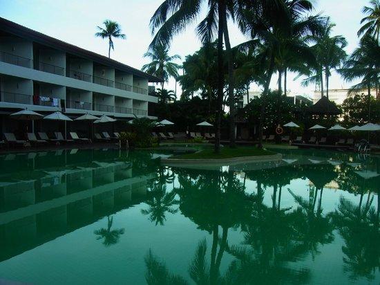 Patong Beach Hotel: プールからサンライズウイング外観