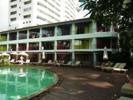Patong Beach Hotel: プールサイドサンライズウイング外観
