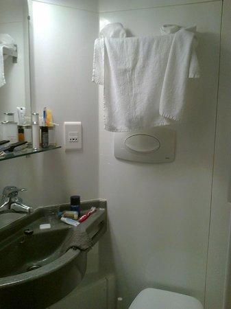 Dirbach Plage Hotel : Andere kant van mini badkamer