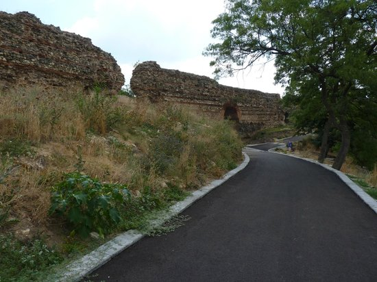 Hisarja : the new alley and a part of the ancient wall