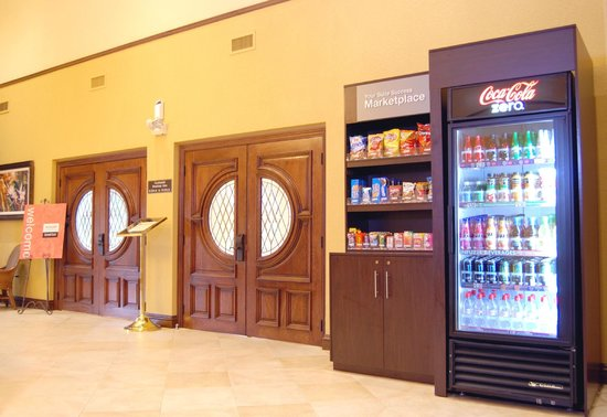 Comfort Suites Miami / Kendall: Lobby Marketplace Area