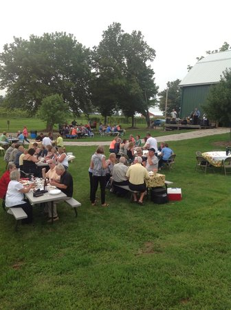 Fenn Valley Vineyards : Wine and cookout evening