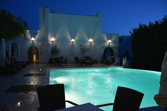 Lagos Mare: pool by night