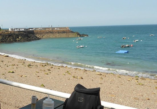 Islas Anglonormandas, UK: View of Bouley Bay from Mad Mary's Cafe