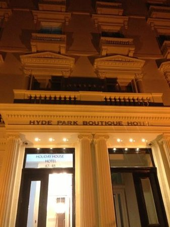 Hyde Park Boutique Hotel: entrance with balcony at night