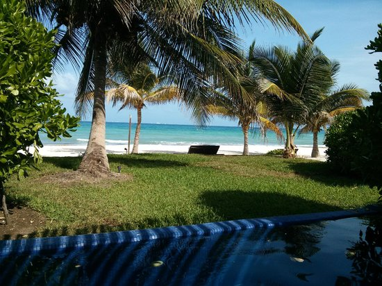 Le Reve Hotel & Spa : View of the beach from the porch of the private plunge pool