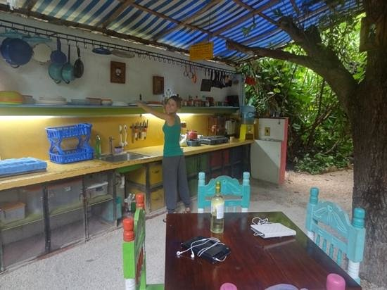 Hostel Candelaria: The lovely outside kitchen, under a tree and vines.