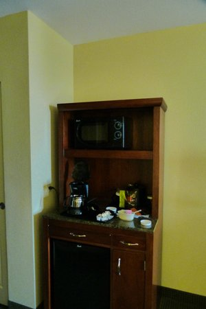 Hilton Garden Inn Seattle North / Everett: Here's the coffee pot & fridge - a light overhead would be nice