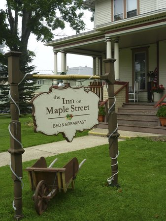 Inn on Maple Street Bed & Breakfast: Front view of the B & B