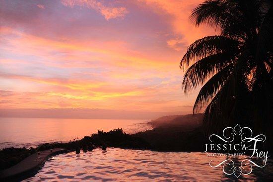 Hotel Vista de Olas: Pool and sunset!!  No photoshop!!