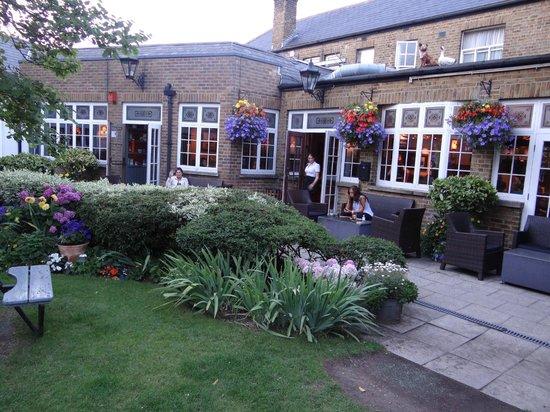 The Fox & Goose Hotel: nice beer garden