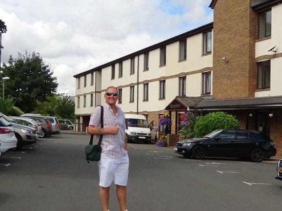 The Fox & Goose Hotel: hotel entrance behind pub