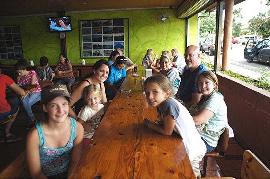 Restaurante Pizzeria La parada: The family awaits their meals