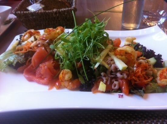 Koklikoo Teahouse & Bistro: salade van zalm en scampi