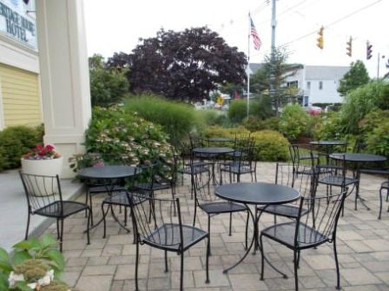 Heritage House Hotel: Chauncey's - patio/dining area