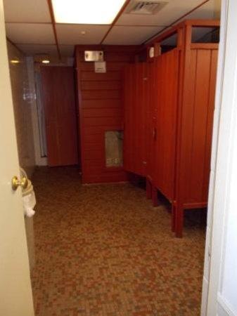 Heritage House Hotel: Pool Bathroom