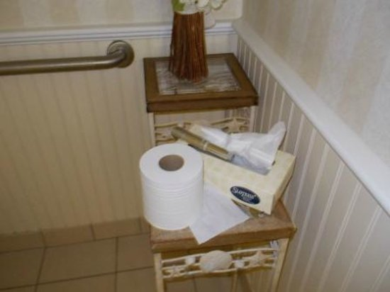 Heritage House Hotel: Poorly stocked bathroom