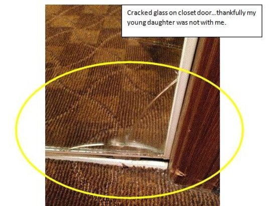 Hawthorn Suites by Wyndham Holland/toledo Area: Broken glass mirror on closet door