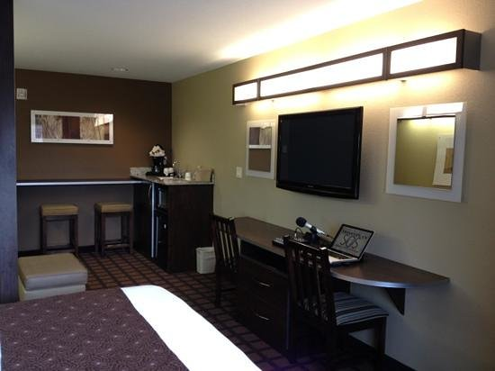 Microtel Inn & Suites by Wyndham Michigan City : Convenience kitchen to allow me to continue working on my podcast without having to leave for di