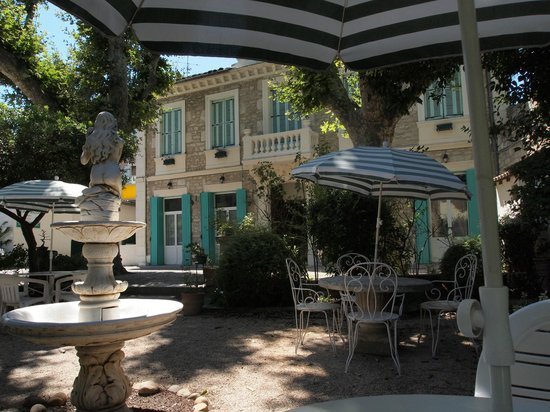 Avignon Hotel Monclar : De tuin en het hotel
