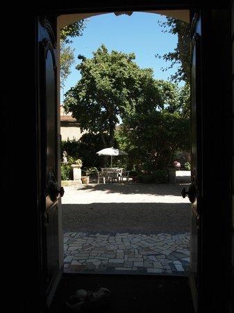 Avignon Hotel Monclar : Uitzicht vanuit de receptie naar de tuin