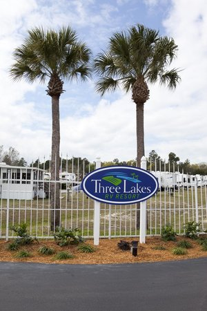 Three Lakes RV Resort: Resort Entrance
