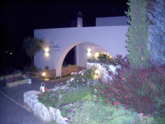 Kythea Resort: είσοδος με φαναράκια αναμένα