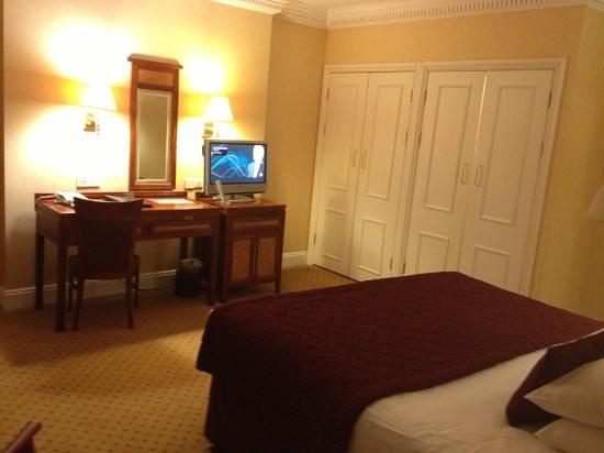 Grange Portland Hotel: desk tv and cupboards