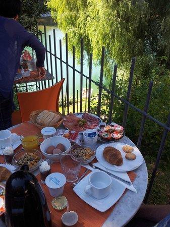Bed and Breakfast Flumen: Breakfast on the terrace overlooking the Soca river