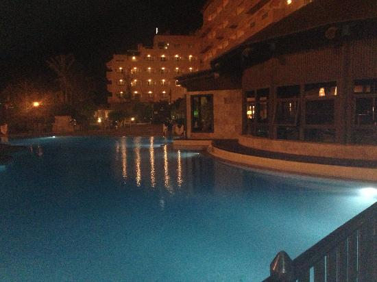 Hotel Elba Sara: Night photo of the pool.