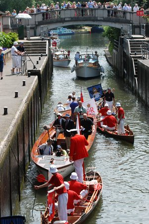 Boulters Riverside Brasserie & Terrace Bar: swan upping at the lock