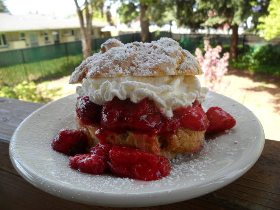 Banaka and Browns Artisian Bakery & Coffee House : home made strawberry shortcake