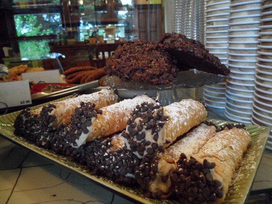 Banaka and Browns Artisian Bakery & Coffee House: Cannoli's