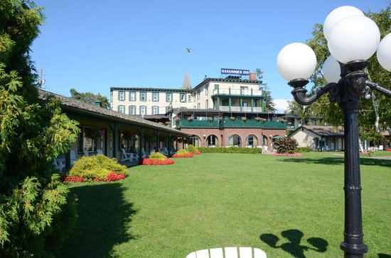 Watermark Restaurant at The Gananoque Inn : The Watermark Restaurat patio view (green)