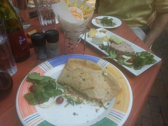 Creperie Bouchon: Courtyard deliciousness