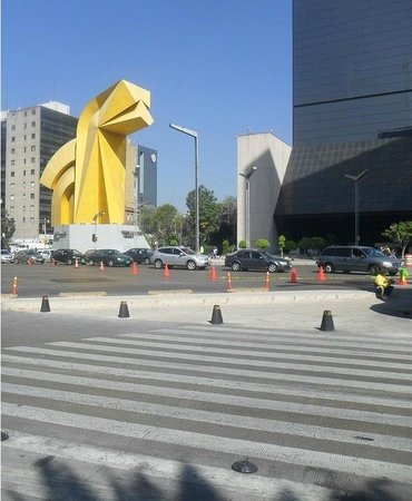 Historic Center (Centro Historico) : México, DF. Monumento El Caballito. Paseo de La Reforma con Benito Juárez.