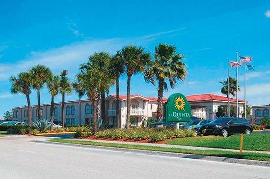 La Quinta Inn & Suites Orlando UCF: foto da frente do hotel