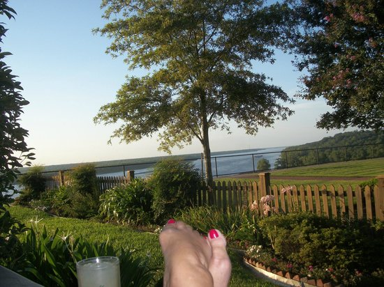 Bluff Top Bed and Breakfast: Side porch view of Mississippi River