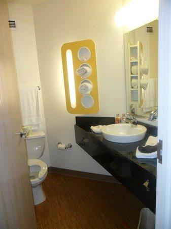 Motel 6 Toronto Mississauga: bathroom