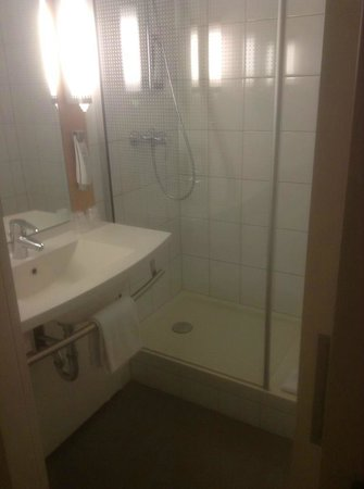 Ibis Utrecht: bathroom, huge shower