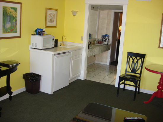 Lilac Tree Suites & Spa: Kitchen, Bath