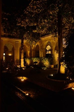 โรงแรมปาลาสโซคาดินัลเซซิ: Central courtyard,which has a very pleasant seat and table area,where food and drink are served.
