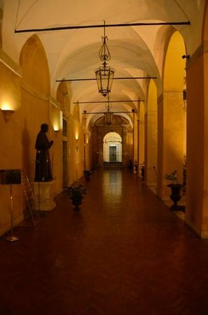Palazzo Cardinal Cesi: Entrance corridor leading to the reception desk
