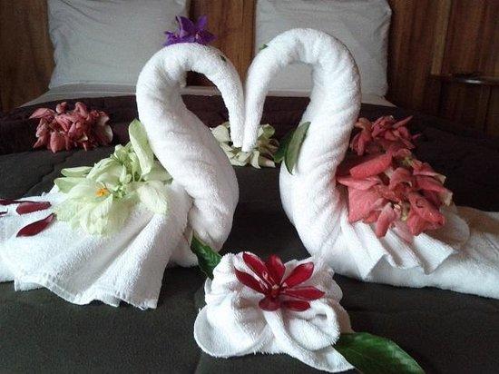 Finca Luna Nueva Lodge: Beautiful Room towel decor